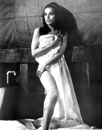Semifinalista do concurso de Miss Universo 1960 (o mesmo em que Daniela Bianchi foi vice – as duas teriam sido colegas de quarto durante a fase final da competição), a israelense Aliza não teve mais nenhum papel de destaque, embora tenha se radicado nos EUA.