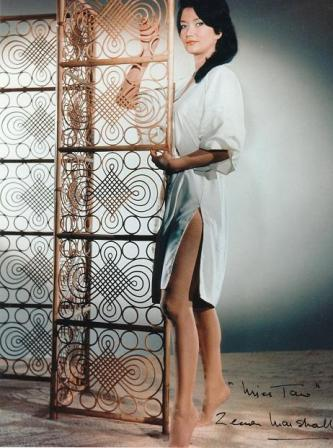 A britânica – nascida no Quênia – Zena Marshall foi sempre opção para papéis de mulheres exóticas, como asiáticas e italianas. Muito sensual, não fez feio neste filme, apesar de ser cinco anos mais velha que Sean Connery.
