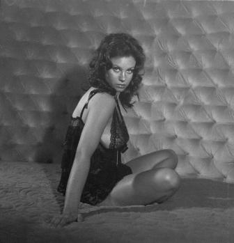 Ela foi dublada em cena e, quando ao lado de Sean Connery (com quem alegou ter tido um caso durante as filmagens), tinha que ficar sobre um caixote, por conta da grande diferença de altura, mesmo usando saltos altíssimos.
