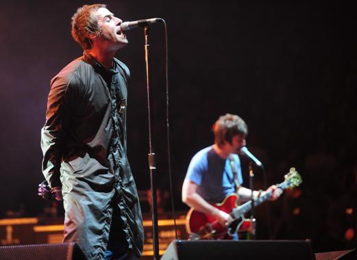 """Apesar da queda da qualidade de seus trabalhos, o Oasis manteve a sua força ao vivo. O dvd Familiar to Millions, registrando o show feito no condenado Estádio de Wembley, foi um triunfo comercial e crítico. A apresentação da banda no Rock in Rio de 2001 contou com a presença de um público de mais de 200.000 pessoas. Infelizmente, a apresentação em si ficou em segundo plano diante da polêmica entre Liam e Axl Rose, vocalista do Guns'n'Roses. Liam pediu, antes de subir ao palco, """"mais ar puro e menos armas e flores"""". Axl, quando chegou sua vez, depois do Oasis, devolveu gritando para o público """"Agora que vocês já dormiram, é hora do rock'n'roll!"""""""